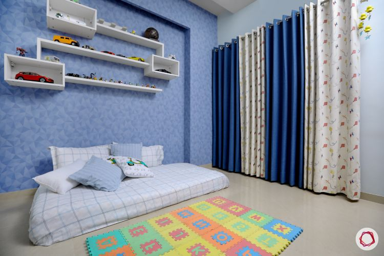blinds-contrast-blue-white-bed-floor-shelves-wall-blue-rug