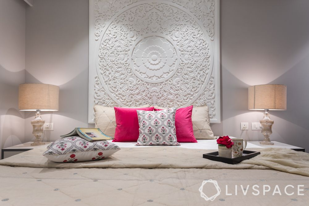 white moulding on wall-pop moulding designs-pink cushions